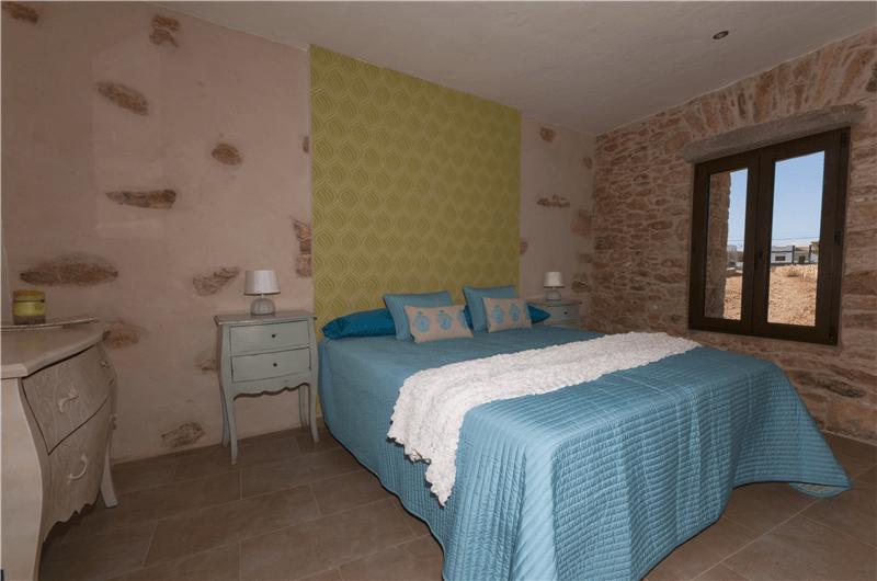 Dormitorio con cama doble ó dos camas individuales