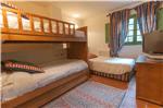 Dormitorio con una cama individual y una litera