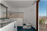Baño con ducha dentro del dormitorio 1