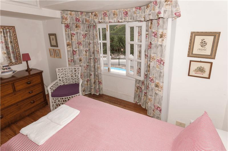 Dormitorio con dos camas individuales