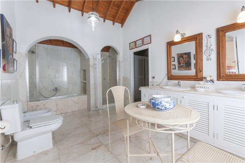 Baño con bañera y ducha en dormitorio 1