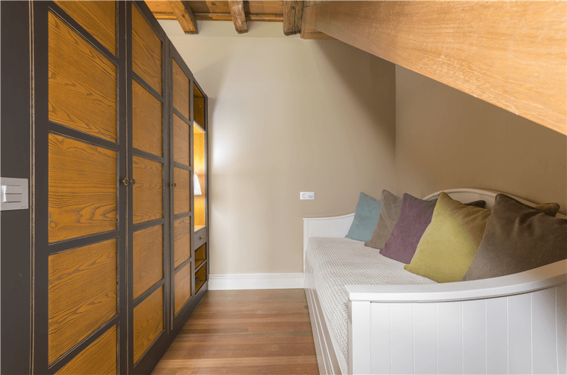 Dormitorio con una cama individual
