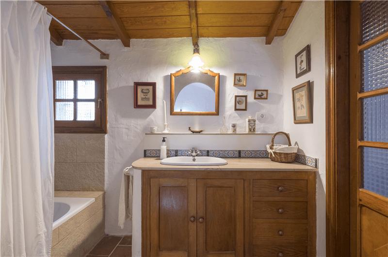 Baño con bañera dentro del dormitorio 1